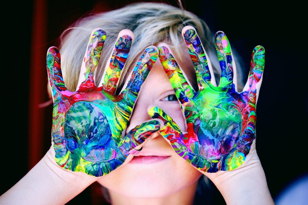 elleri boyalı çocuk
