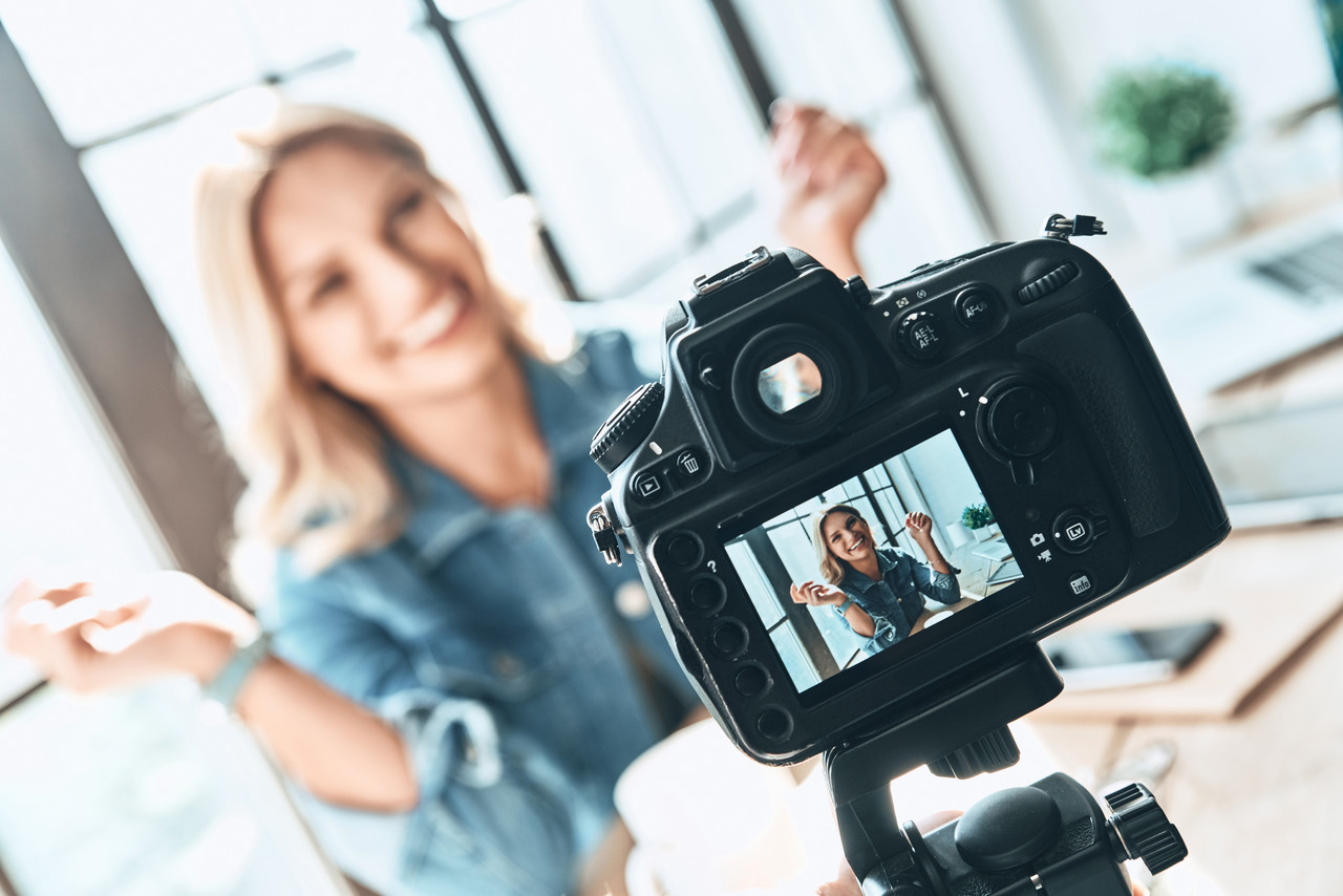 Kameranın karşısında bir konu hakkında bilgi veren influencer kadın