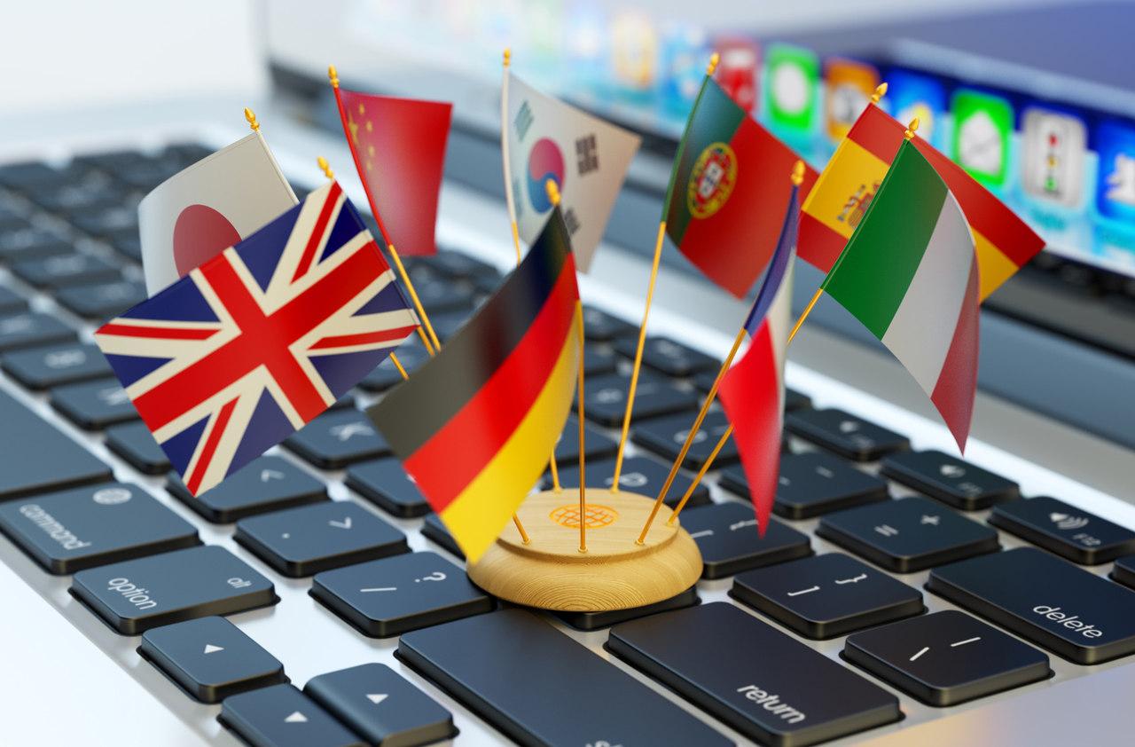 Bir laptop klavyesi üzerinde duran ülke bayrakları