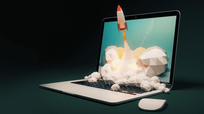 Google ürünleri ile verimliliğini artıran işletmeleri betimleyen laptop ekranından fırlatılan roket görseli
