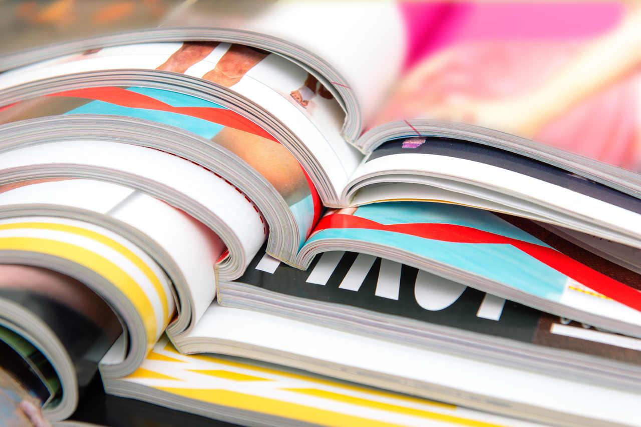 üst üste yerleştirilmiş dergiler