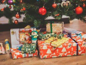 yılbaşı ağacı önünde bir araya getirilmiş hediyeler